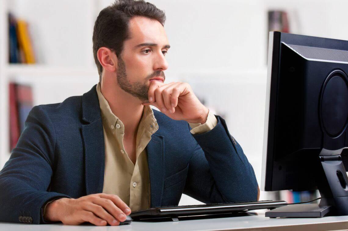 Homem pensando sobre os mitos sobre criação de site