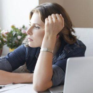 Mulher preocupada com queda nas buscas no Google