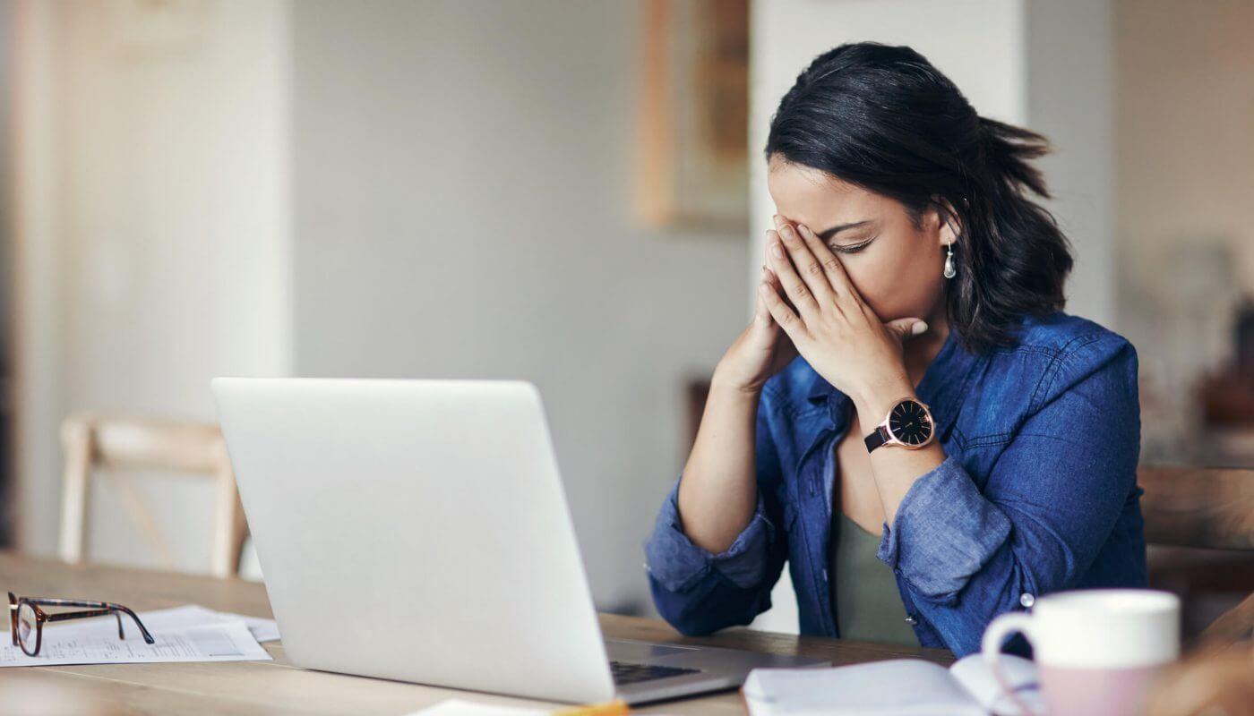 Mulher estressada com website com problemas
